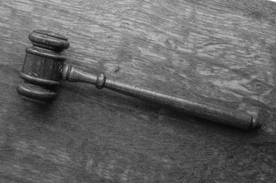 Marteau de justice en bois.
